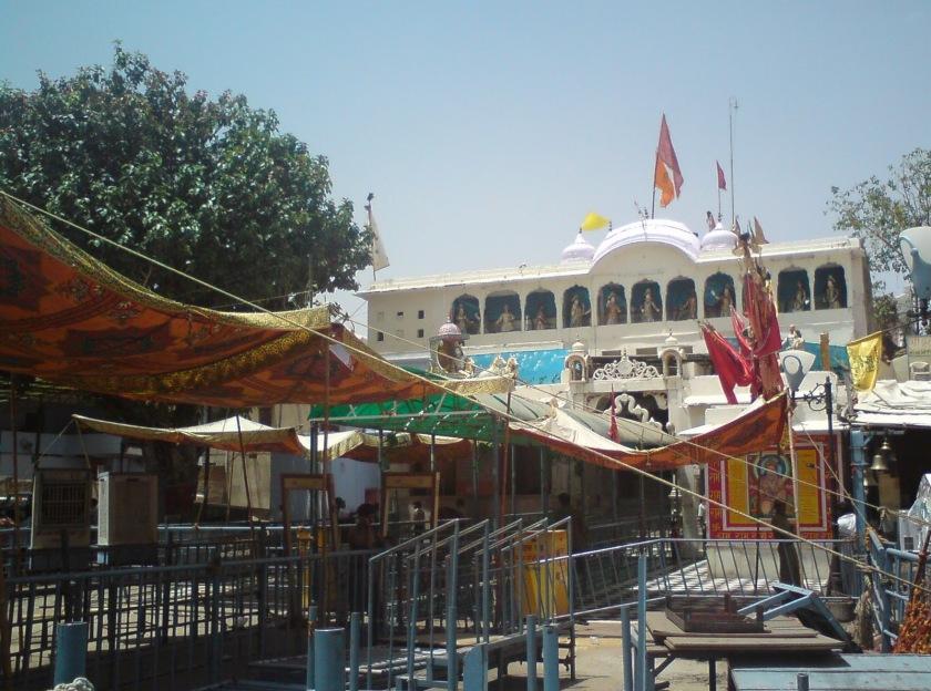 http://3.bp.blogspot.com/-g-K3W8v6ACQ/Tzz6r2KaQ0I/AAAAAAAACV0/m68ldEWHiSc/s1600/Khatu-Shyam-Temple.JPG